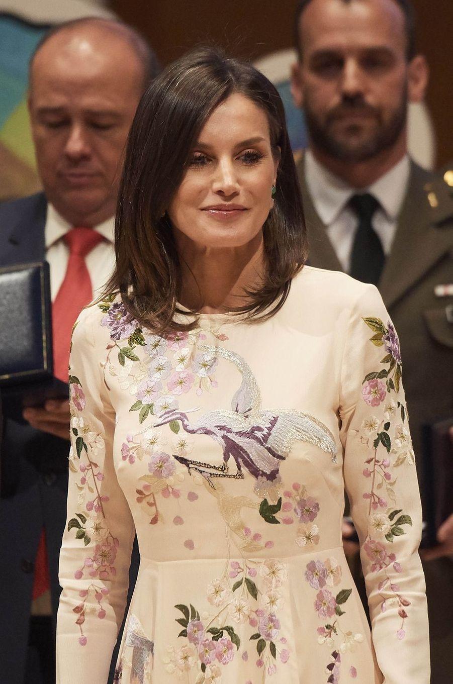 Détail de la robe brodée de la reine Letizia d'Espagne à Saragosse, le 7 mai 2019