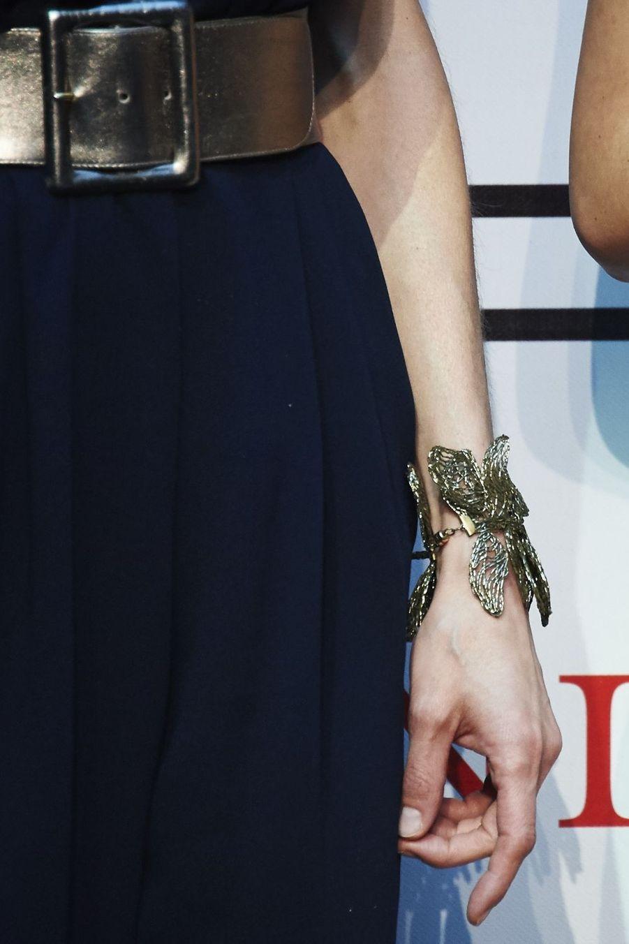 Détail du bracelet de la reine Letizia d'Espagne à Madrid, le 21 avril 2015