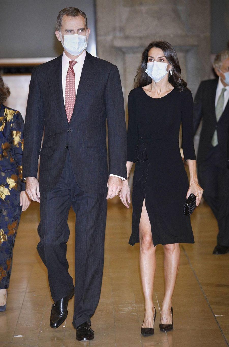 La reine Letizia, en Armani, avec le roi Felipe VI d'Espagne à Madrid, le 18 novembre 2020