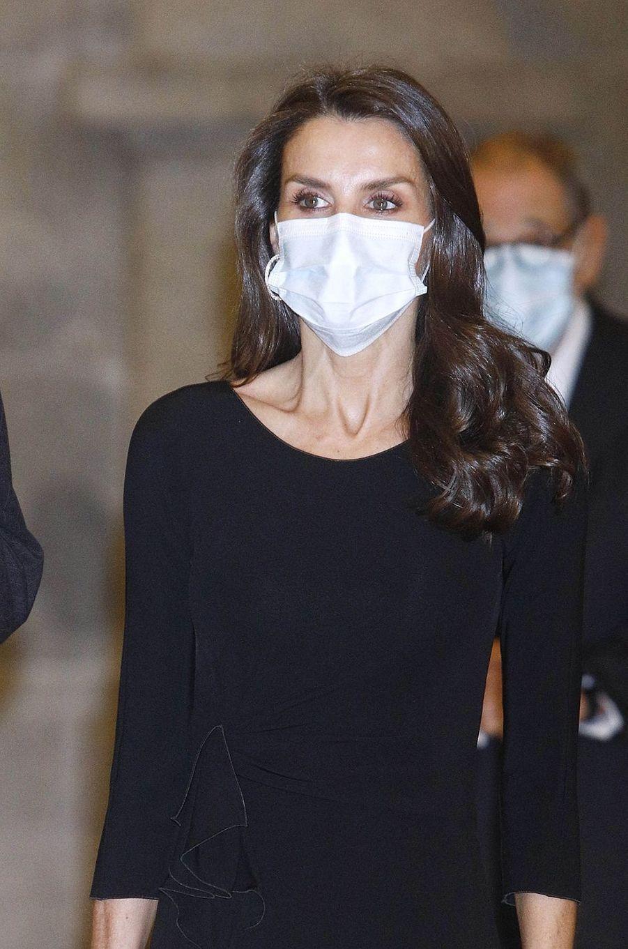 La reine Letizia d'Espagne, masquée, à Madrid le 18 novembre 2020