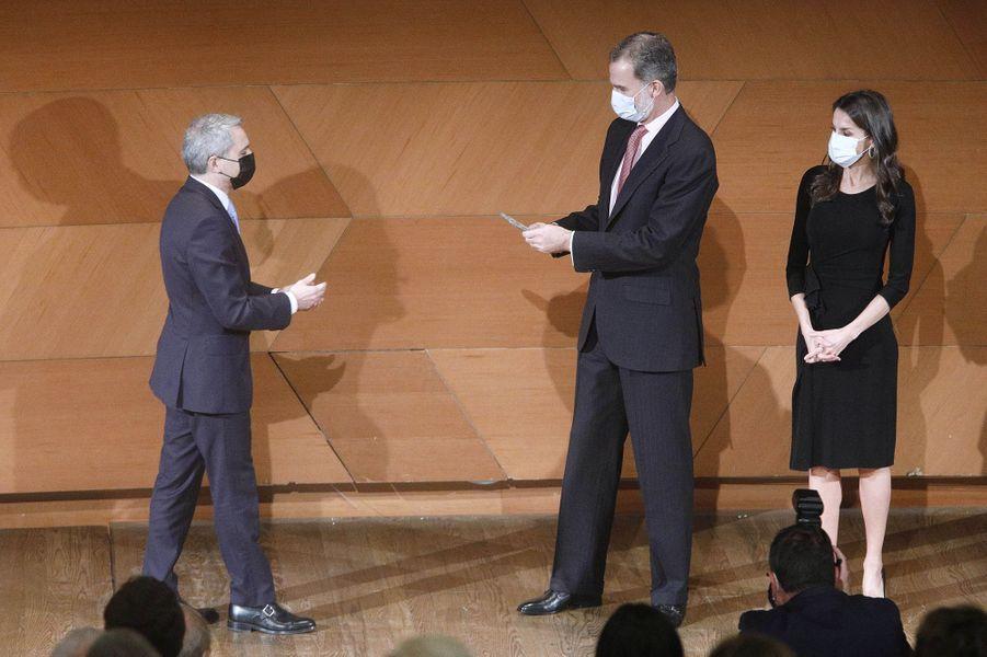 La reine Letizia et le roi Felipe VI d'Espagne avec Vicente Vallés à Madrid, le 18 novembre 2020