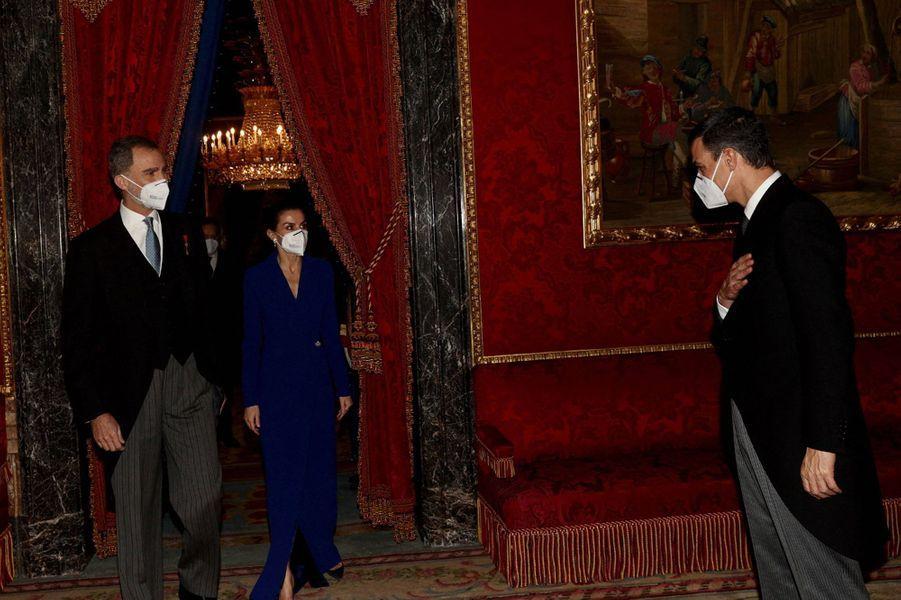 La reine Letizia et le roi Felipe VI d'Espagne avec Pedro Sanchez à Madrid, le 28 janvier 2021