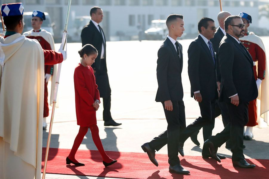 Le roi Mohammed VI du Maroc avec ses deux enfants et son frère à l'aéroport de Rabat-Salé, le 13 février 2019