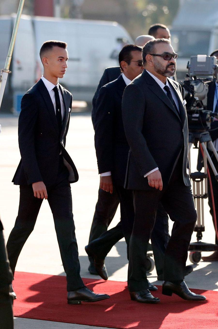 Le roi Mohammed VI du Maroc et son fils le prince héritier Moulay El Hassan à l'aéroport de Rabat-Salé, le 13 février 2019