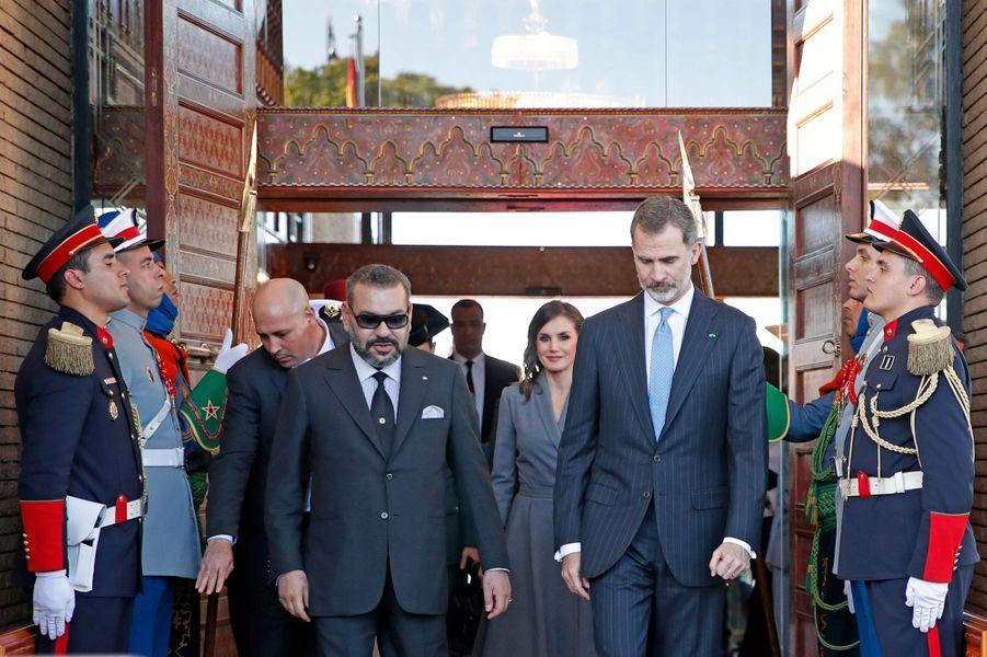 La reine Letizia et le roi Felipe VI d'Espagne avec le roi Mohammed VI du Maroc à l'aéroport de Rabat-Salé, le 13 février 2019
