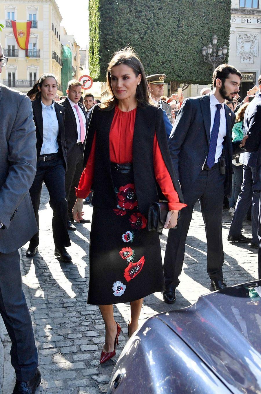 La reine Letizia d'Espagne dans un look noir et rouge à Séville, le 8 novembre 2019