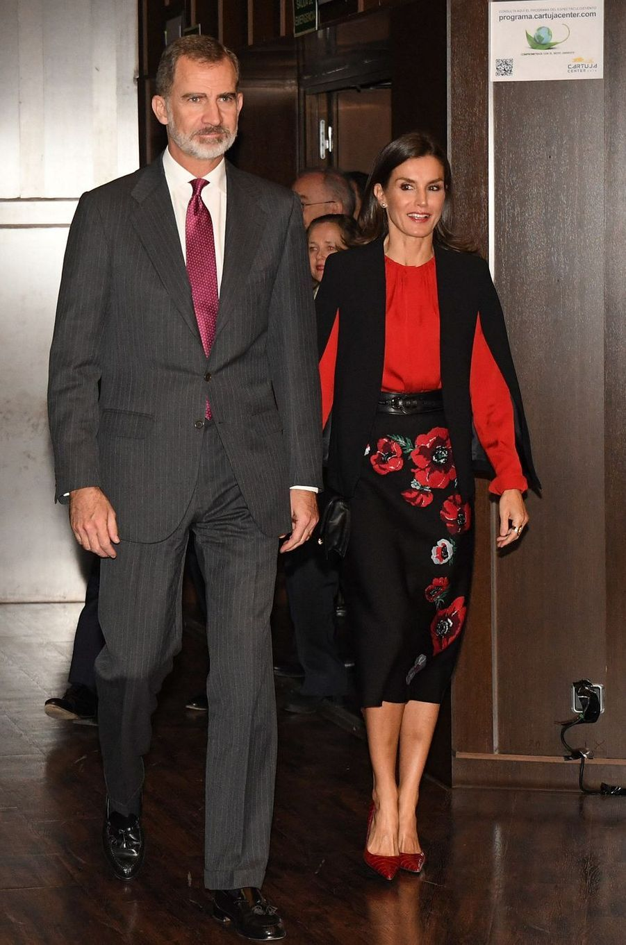 La reine Letizia, en noir et rouge, et le roi Felipe VI d'Espagne à Séville, le 8 novembre 2019