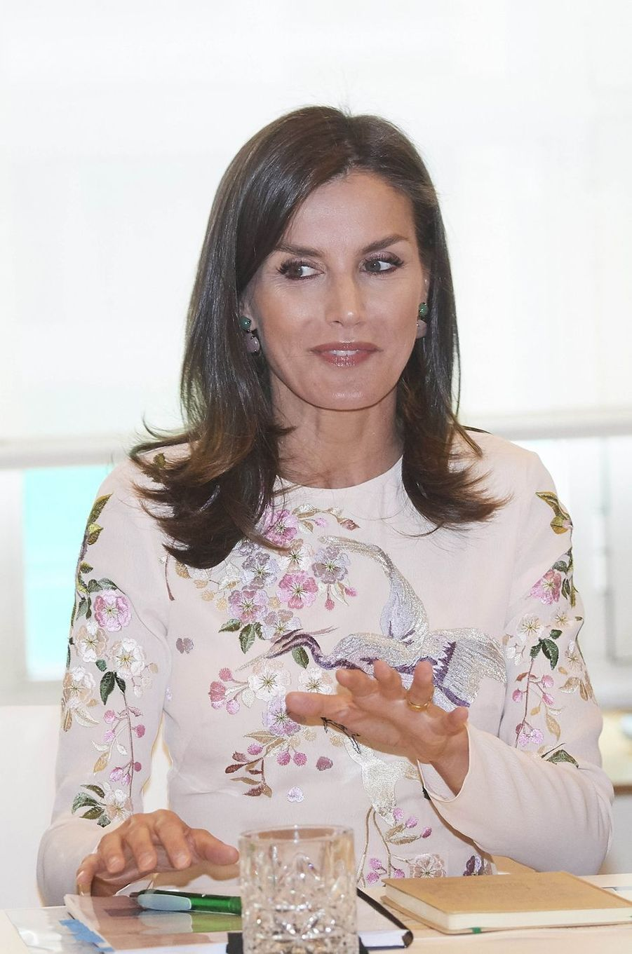 Détail de la robe de la reine Letizia d'Espagne à Madrid, le 8 juillet 2019