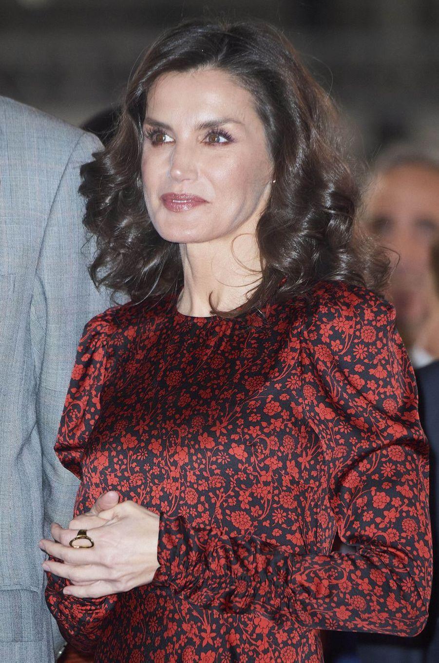 La reine Letizia d'Espagne, les cheveux bouclés, à Madrid le 27 février 2020