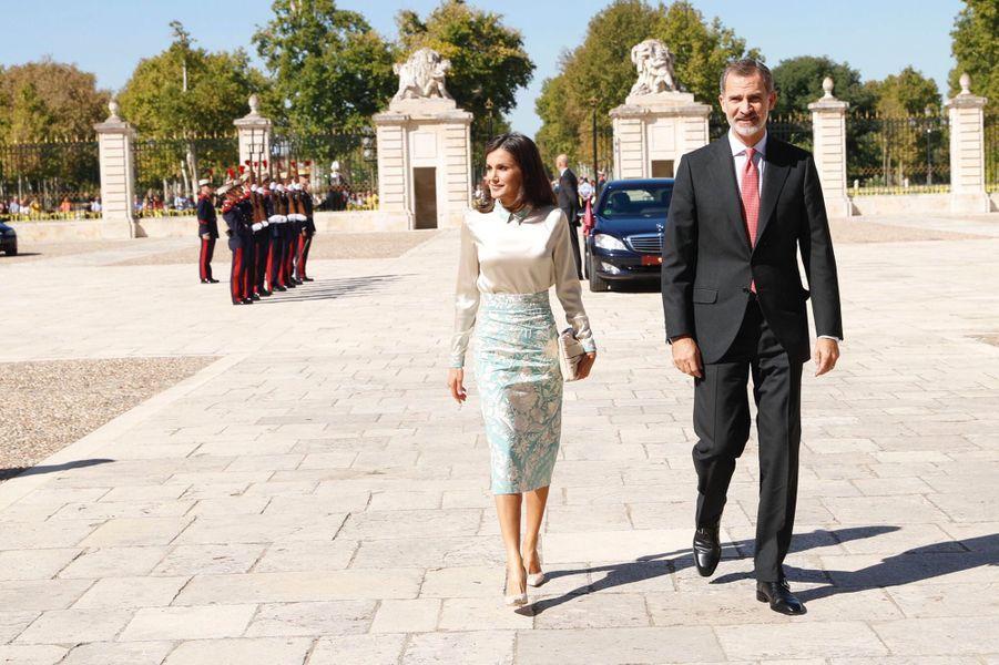 La reine Letizia, dans un ensemble de Juan Duyos, et le roi Felipe VI d'Espagne à Aranjuez, le 2 octobre 2019