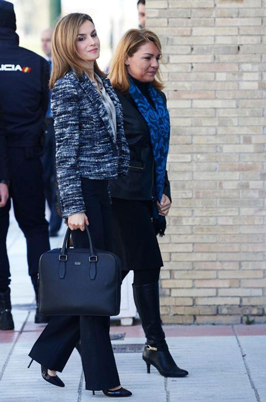 La reine Letizia d'Espagne, avec la secrétaire d'Etat Susana Camarero, arrive au comité espagnol de l'Unicef à Madrid, le 16 mars 2015