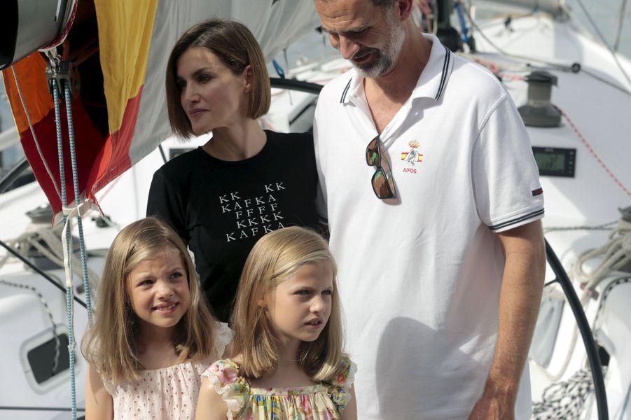 La reine Letizia et roi Felipe VI d'Espagne avec les princesses Leonor et Sofia à Palma de Majorque, le 8 août 2015