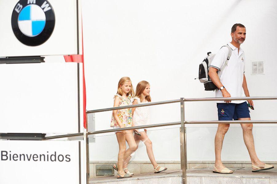Le roi Felipe VI d'Espagne avec les princesses Leonor et Sofia à Palma de Majorque, le 8 août 2015