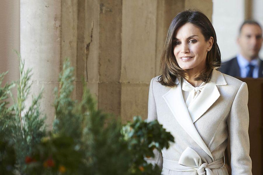 La reine Letizia d'Espagne porte ses nouvelles boucles d'oreille Gold&Roses à Madrid, le 29 novembre 2018