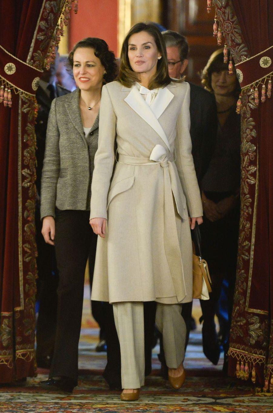 La reine Letizia d'Espagne dans un manteau Carolina Herrera à Madrid, le 29 novembre 2018