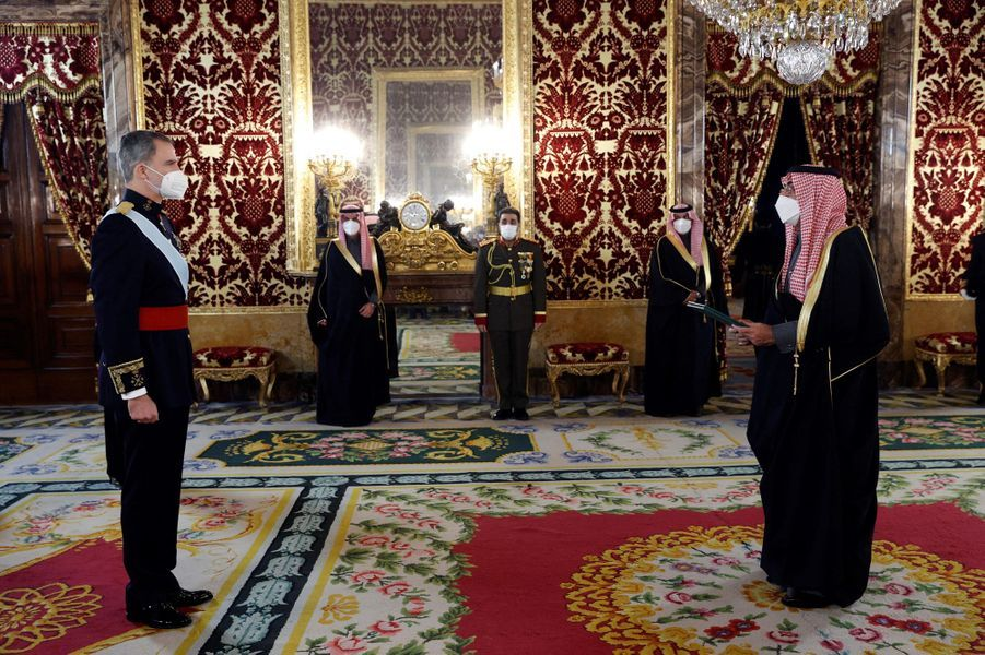 Le roi Felipe VI d'Espagne avec l'ambassadeur d'Arabie saoudite à Madrid, le 11 février 2021