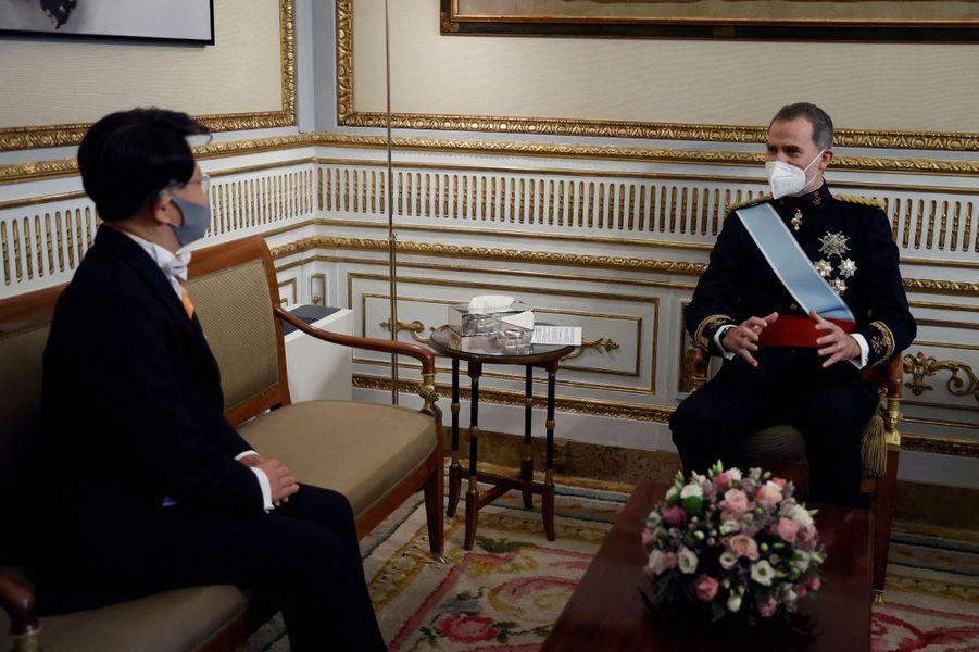 Le roi Felipe VI d'Espagne avec l'ambassadeur de Corée du Sud à Madrid, le 11 février 2021