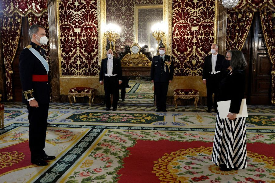 Le roi Felipe VI d'Espagne avec l'ambassadrice du Canada à Madrid, le 11 février 2021