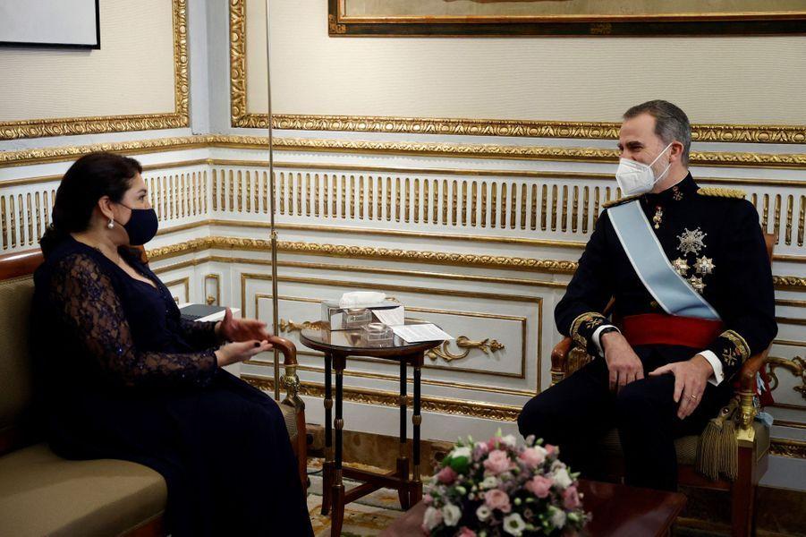 Le roi Felipe VI d'Espagne avec l'ambassadrice du Guatemala à Madrid, le 11 février 2021