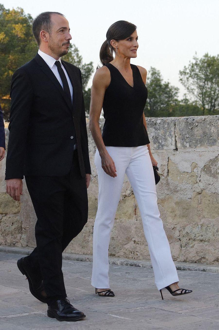 La reine Letizia d'Espagne, dans un look black & white, au château de Bellver sur l'île de Majorque aux Baléares le 2 juillet 2019