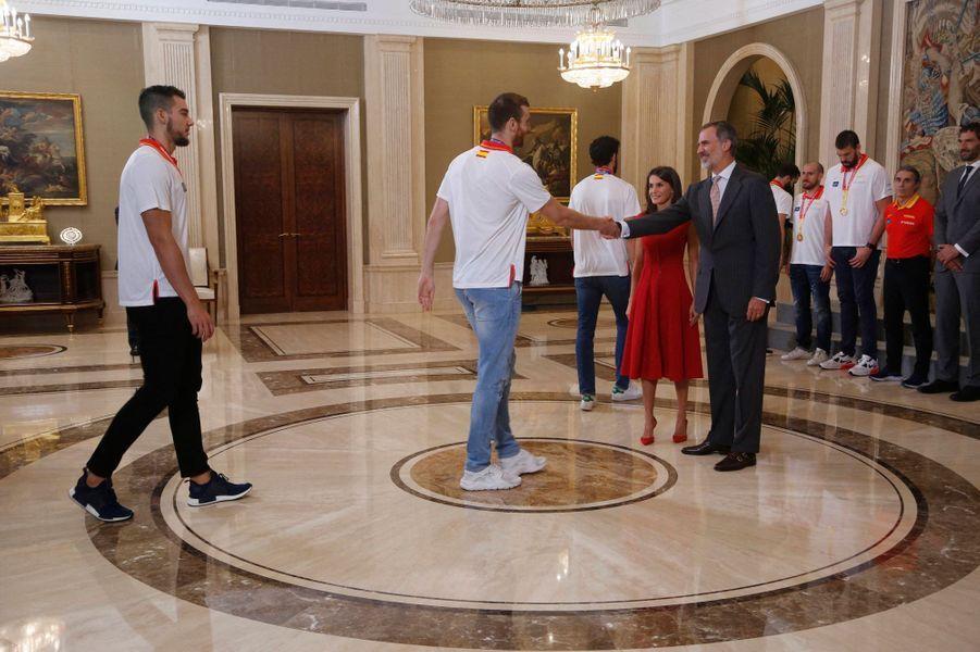 La reine Letizia et le roi Felipe VI d'Espagne reçoivent l'équipe nationale de basket-ball à Madrid, le 16 septembre 2019