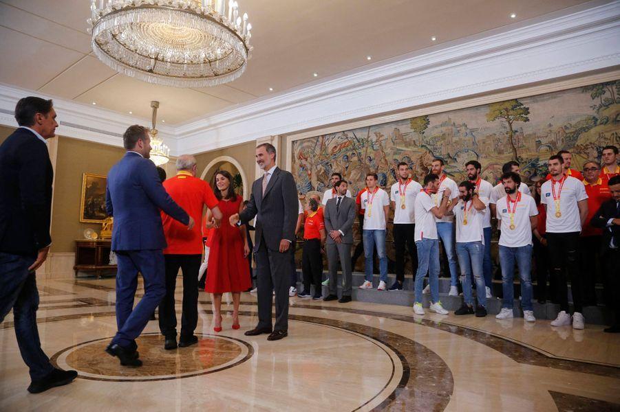 La reine Letizia et le roi Felipe VI d'Espagne reçoivent l'équipe d'Espagne de basket-ball à Madrid, le 16 septembre 2019