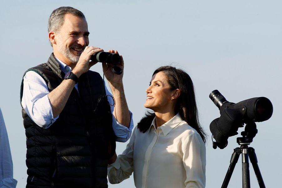La reine Letizia et le roi Felipe VI d'Espagne en observation dans le parc naturel de Doñana, le 14 février 2020