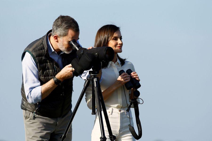 La reine Letizia et le roi Felipe VI d'Espagne observent la faune locale dans le parc naturel de Doñana, le 14 février 2020