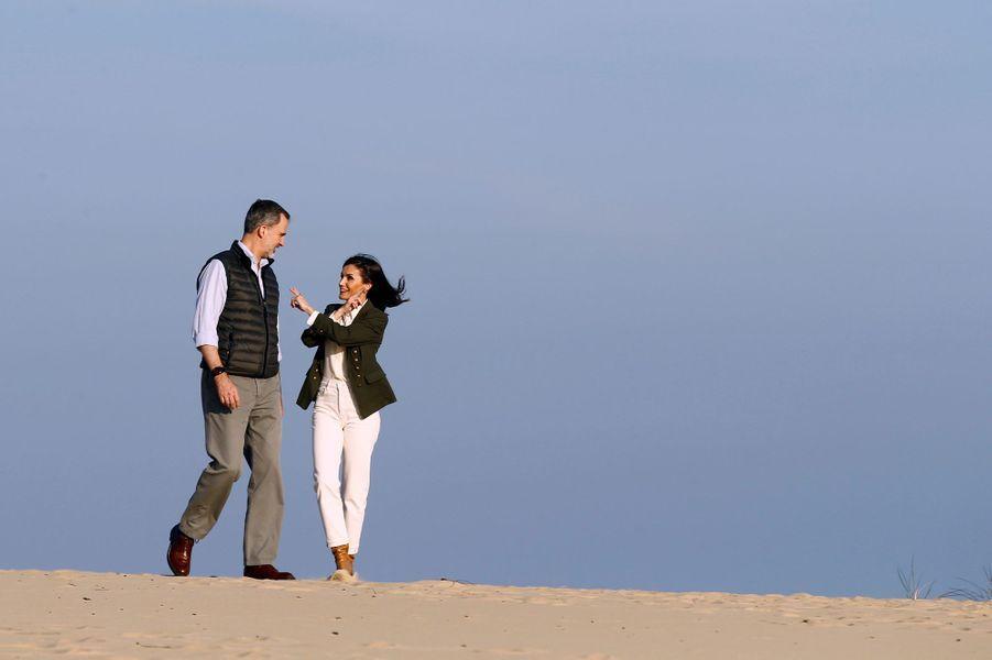 La reine Letizia et le roi Felipe VI d'Espagne sur une dune dans le parc naturel de Doñana, le 14 février 2020