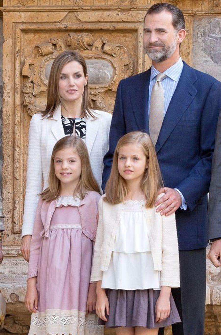 La reine Letizia et le roi Felipe VI d'Espagne avec les princesses Leonor et Sofia à Palma de Majorque, le 5 avril 2015