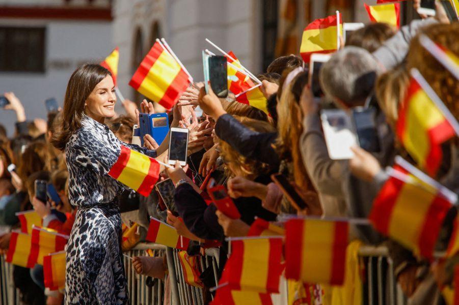 La reine Letizia d'Espagne accueillie chaleureusement à Ecija, le 6 février 2020