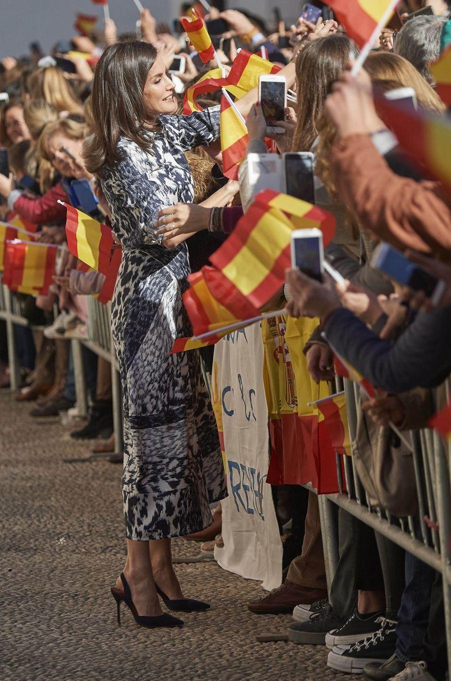 La reine Letizia d'Espagne dans une robe Victoria Beckham à Ecija, le 6 février 2020