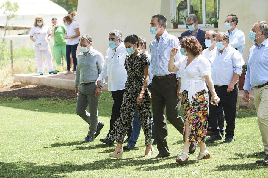 La reine Letizia, en Mango, et le roi Felipe VI d'Espagne, le 2 juillet 2020 à Cuenca