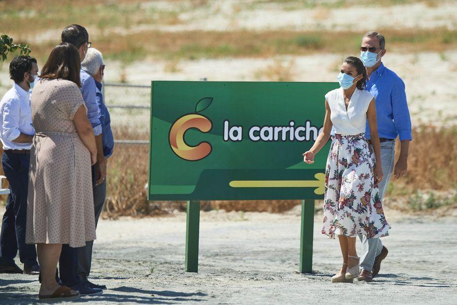 La reine Letizia, dans une jupe griffée Sweet Matitos, et le roi Felipe VI d'Espagne à Cieza, le 7 juillet 2020