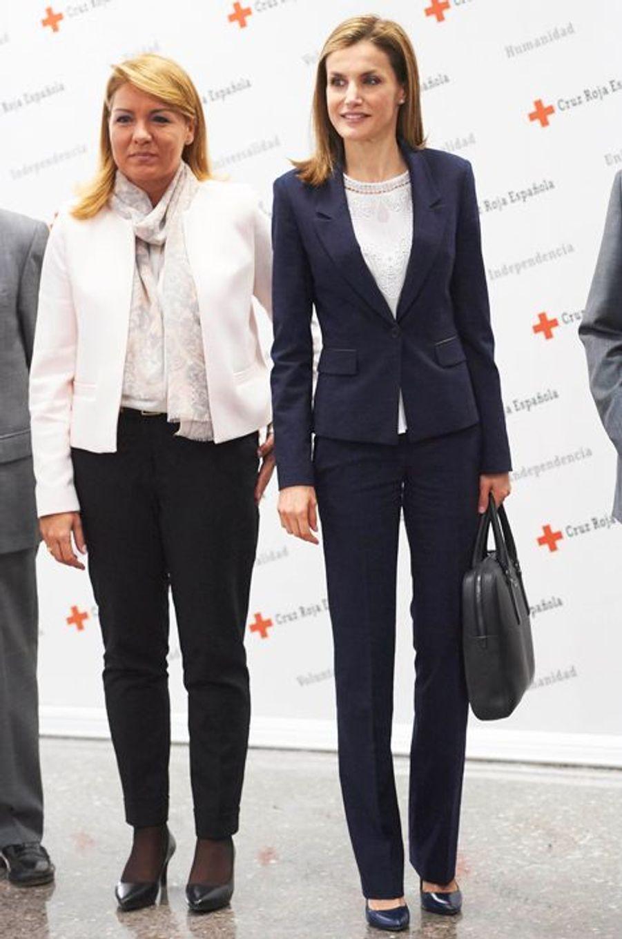 La reine Letizia d'Espagne, avec la secrétaire d'État Susana Camarero à Madrid, le 7 avril 2015