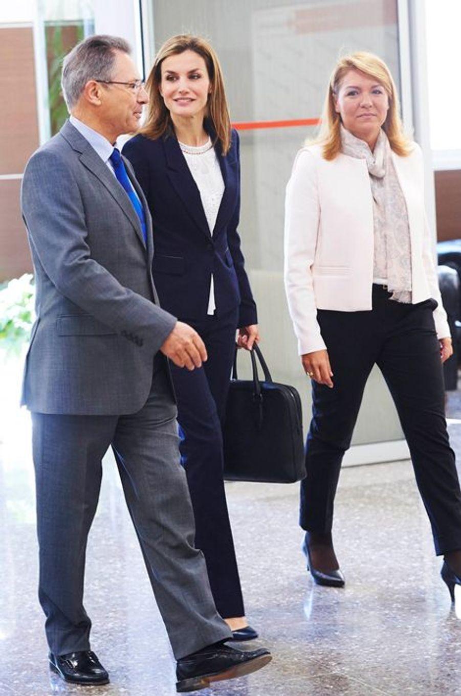 La reine Letizia d'Espagne, avec Susana Camarero et le président de la Croix-Rouge espagnole à Madrid, le 7 avril 2015