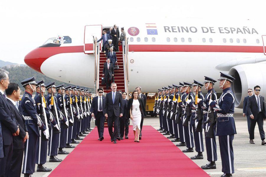 La reine Letizia et le roi Felipe VI d'Espagne arrivent à Séoul, le 23 octobre 2019