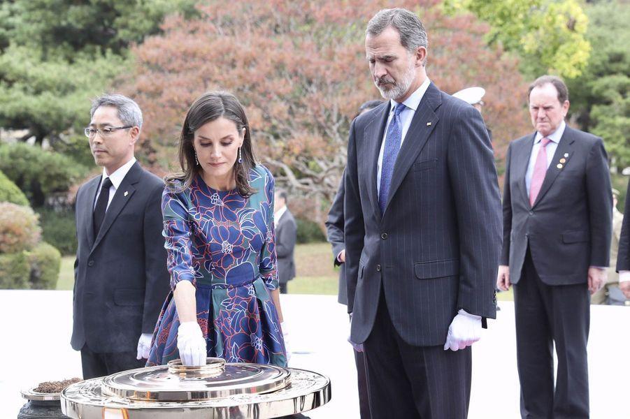 La reine Letizia et le roi Felipe VI d'Espagne au Cimetière national de Séoul, le 23 octobre 2019