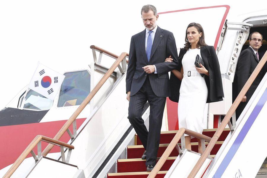 La reine Letizia et le roi Felipe VI d'Espagne à leur arrivée à Séoul, le 23 octobre 2019