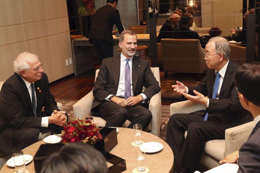 Le roi Felipe VI d'Espagne avec Ban Ki-moon à Séoul, le 23 octobre 2019