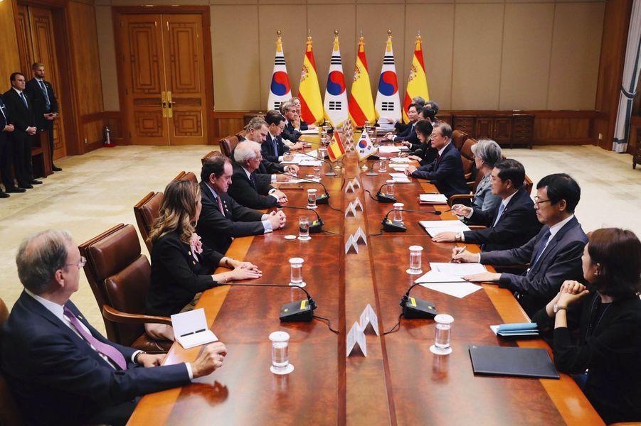 Le roi Felipe VI d'Espagne avec le président sud-coréen Moon Jae-in à Séoul, le 23 octobre 2019