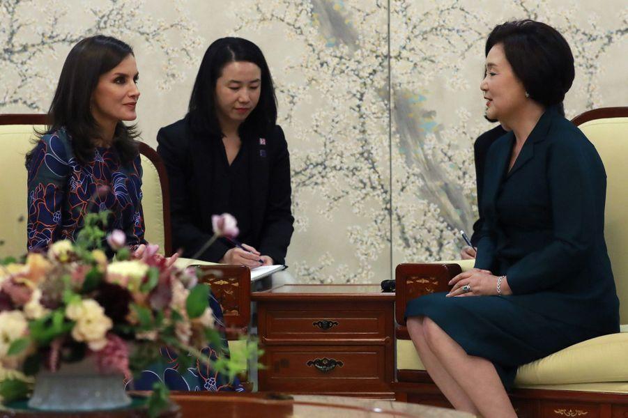 La reine Letizia d'Espagne et la Première dame sud-coréenne Kim Jung-sook à Séoul, le 23 octobre 2019