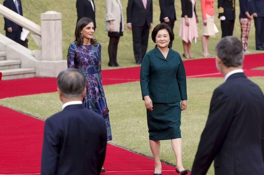 La reine Letizia et le roi Felipe VI d'Espagne avec le couple présidentiel sud-coréen à Séoul, le 23 octobre 2019