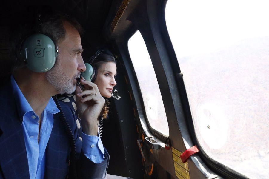 La reine Letizia et le roi Felipe VI d'Espagne survolent l'île de Grande Canarie, le 23 septembre 2019