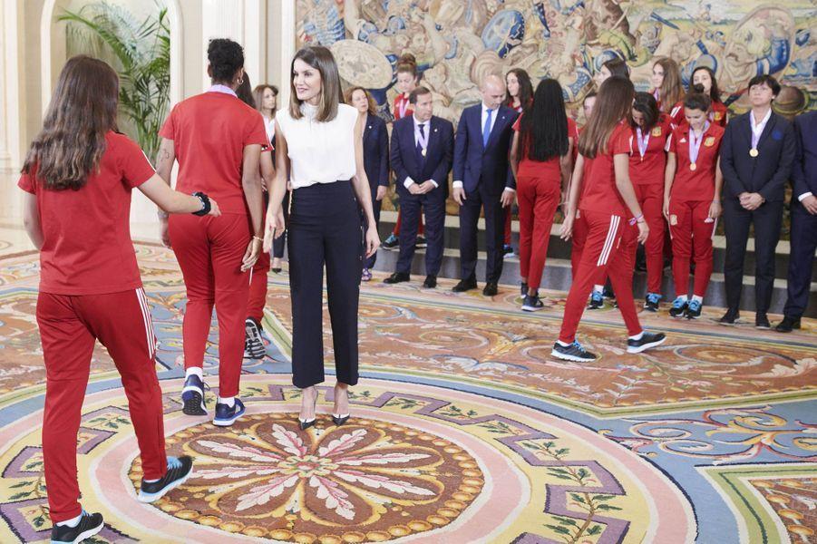 La reine Letizia d'Espagne avec de jeunes footballeuses à Madrid, le 5 juillet 2018