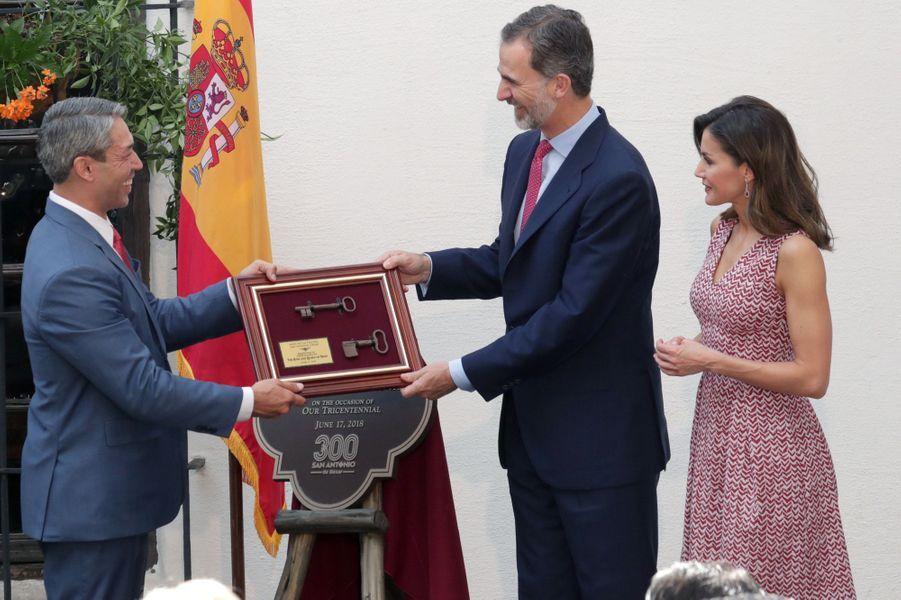 La reine Letizia et le roi Felipe VI d'Espagne reçoivent les clefs de la ville de San Antonio, le 17 juin 2018