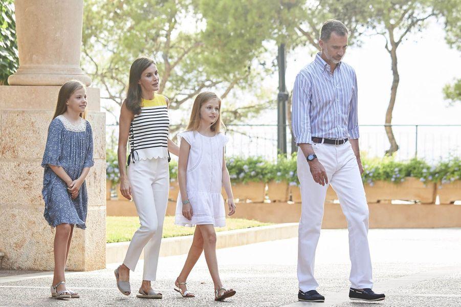 La reine Letizia, le roi Felipe et leurs filles Leonor et Sofia rayonnent de bonheur à Palma de Majorque.