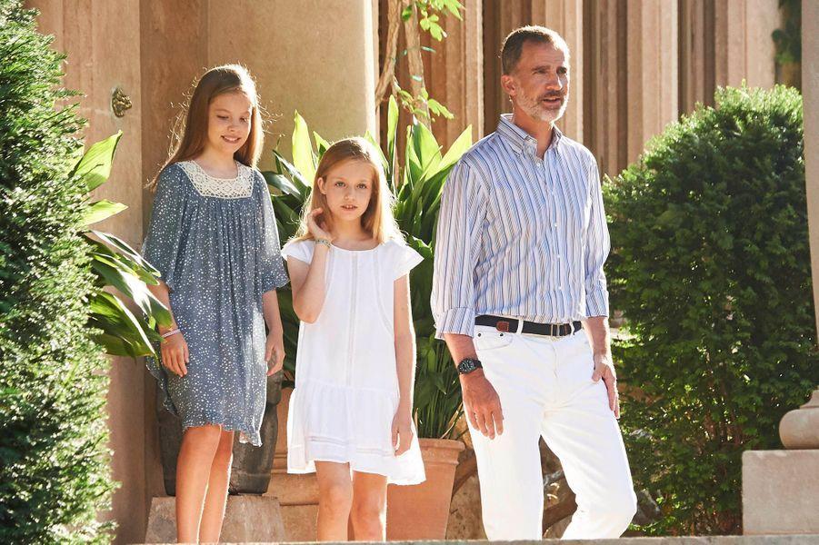 Le roi Felipe et ses filles Leonor et Sofia rayonnent de bonheur à Palma de Majorque.