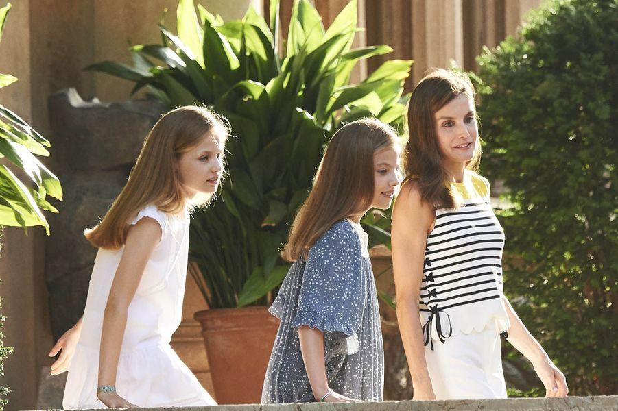 La princesse des Asturies Leonor (à droite), 11 ans, et sa cadette l'infante Sofia de Borbon y Ortiz (à gauche), 10 ans, et leur mère la reine Letiziaà Palma de Majorque.