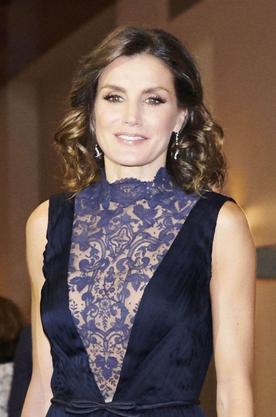 Le décolleté de la reine Letizia d'Espagne à Madrid, le 5 décembre 2018